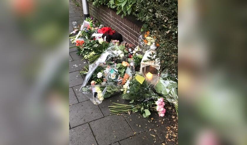 Eerste bloemen liggen op de plek waar het ongeluk gebeurde.
