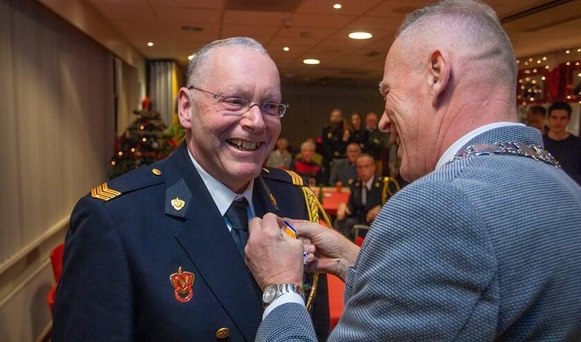 Burgemeester Han ter Heegde speldt de onderscheiding op bij Martin Esman.