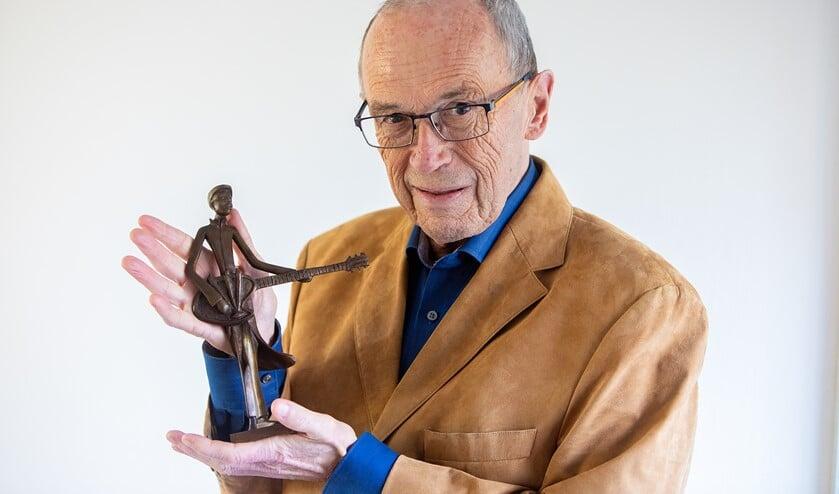 Cees Kranenburg, leider van de Ramblers met de kunstprijs van Stichting Kunt & Cultuur Huizen.