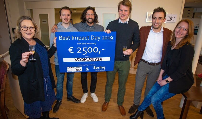 Van links naar rechts: Jeanetta van Voor Anker,  Paul en Yunus van illi-tv, Siebren, Pascal en Charlotte van Spring Professionals met de cheque van 2.500 euro.