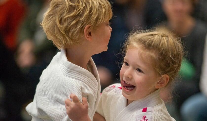 Jonge judoka's maken kennis met wedstrijdjudo.