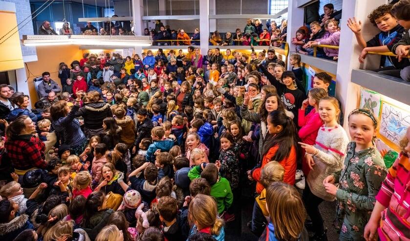 De leerlingen dinsdagmorgen bijeen in de Arena van de school.