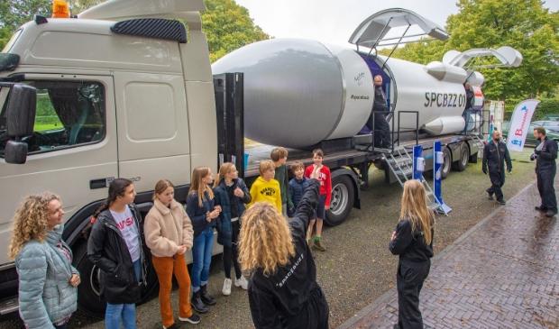 <p>De SpaceBuzz parkeerde vanmiddag op het Oranjeweitje om de leerlingen van de Bernardusschool mee te nemen voor een reis in in de ruimte.</p>