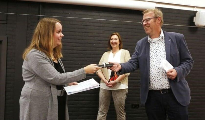 <p>&nbsp;Leon Lutterman overhandigt Anne Roozeboom een pen met inscriptie 'Dorpsdichter Eemnes'.</p>