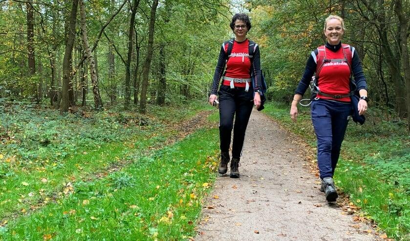 <p>Henriëtte (l) en Jacolien liepen zaterdag 42 kilometer door de Gooise natuur in plaats van in Tanzania.</p>
