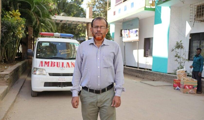 <p>Anwar bij een ambulance die het mogelijk maakt medische hulp te verlenen aan de vluchtelingen.</p>