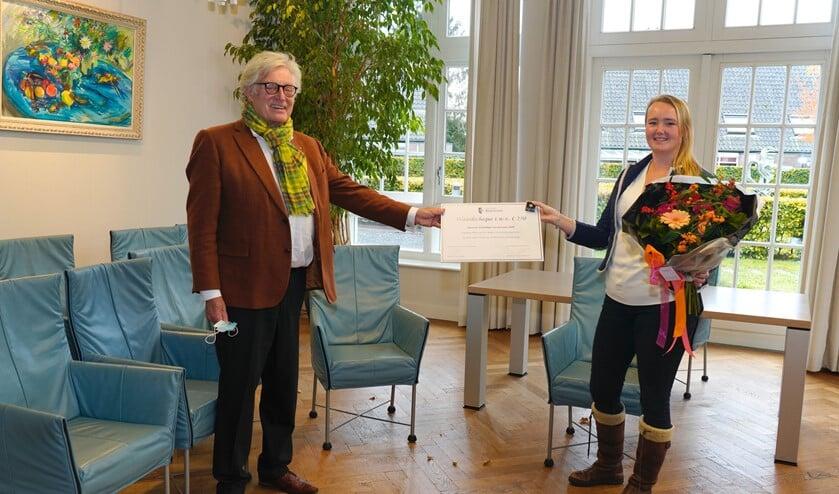 <p>Robin van der Weiden krijgt de aanmoedigingsprijs uit handen van wethouder Gerard Knoop.&nbsp;</p>
