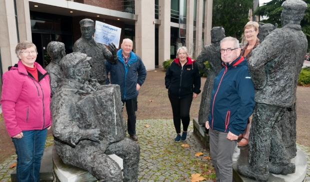 <p>Het bestuur van de Klepperman van Elleven met de cheque bij de beeldengroep van de klepperman voor het oude Rabogebouw.</p>