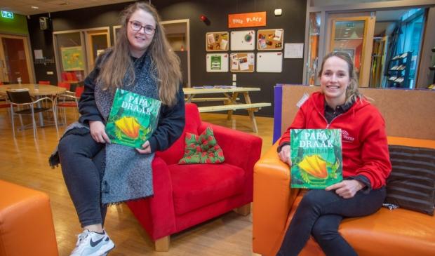 <p>Jongeren in De Malbak tonen het boek dat de scholen krijgen.</p>