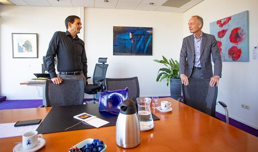 <p>Wethouder Maarten Hoelscher (l) en burgemeester Niek Meijer hebben tijdens hun werk ook oog en aandacht voor elkaars welzijn.</p>