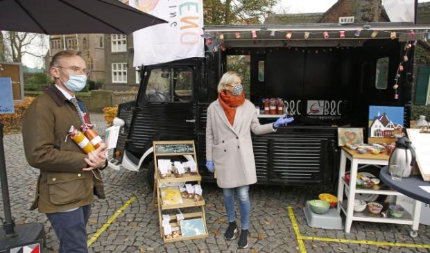 <p>Burgemeester Nanning Mol bezoekt de pop-up bus en neemt twee smakelijke soepjes mee naar huis</p>