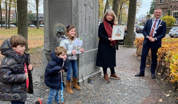 <p>Gitte Spee met haar tekening van burgemeester Nanning Mol voor de nieuwe versie van &#39;aap & mol in Laren&#39;.</p>