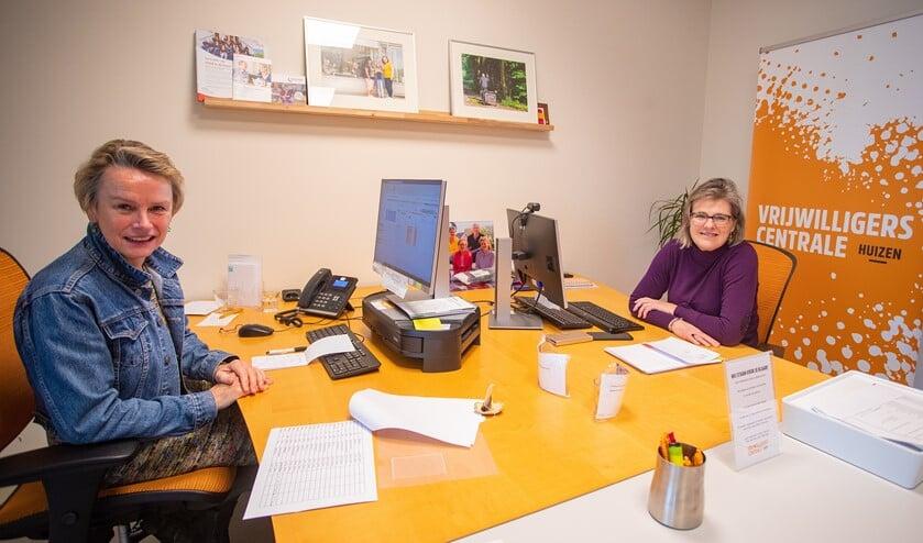<p>Kantoorvrijwilliger Willie van Hamersveld en Kristel Menssink van Vrijwilligerscentrale Huizen.</p>
