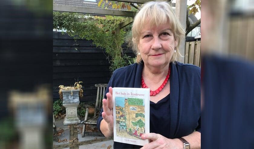 <p>Cecile met haar boek, waarvan ze de omslag zelf tekende.</p>