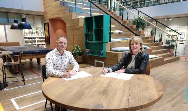 <p>Bianca Zoeteman, directeur schoonmaakbedrijf Zoeteman, en Robert-Jan Vos cre&euml;ren nieuwe kansen voor mensen met een afstand tot de maatschappij.</p>