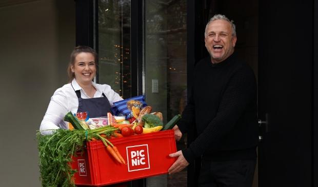 <p>Zanger en presentator Gordon nam voor zijn huis boodschappen van online supermarkt Picnic in ontvangst.</p>