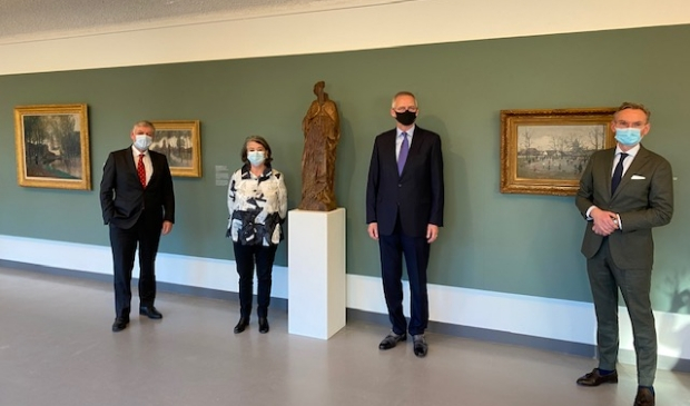 <p>Elbert Roest (links), Rinske Kruisinga, Martin Noordzij en Nanning Mol bij het Johannesbeeld.</p>
