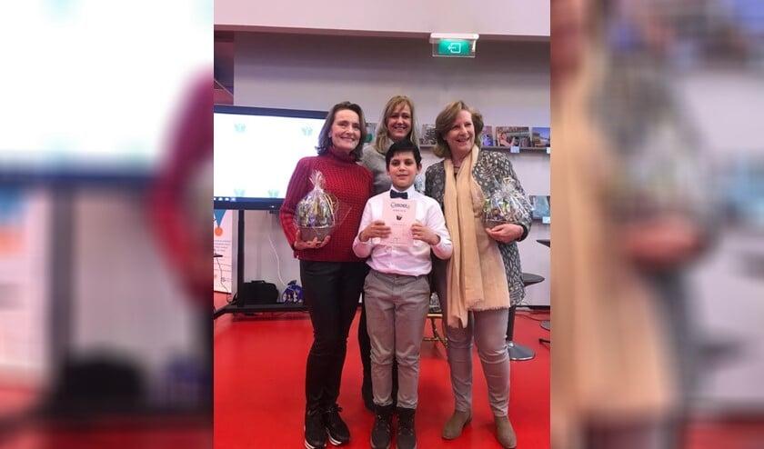 Winnaar Adam met de juryleden van de voorleeswedstrijden.