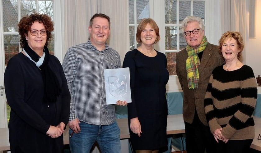 Het convenant werd vandaag getekend door wethouder Knoop, schooldirecteuren van alle basisscholen in Blaricum, teamleider Jeugd en Gezin en de eigenaar peuteropvang Stichting Kinderopvang Huizen.