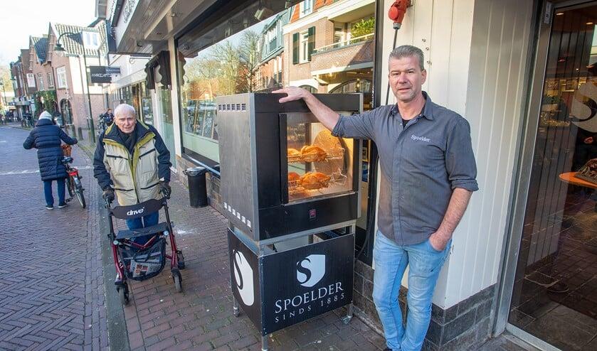 Peter Paul te Pas bij de kippengrill die al tig jaar bij Slagerij Spoelder voor de deur staat.