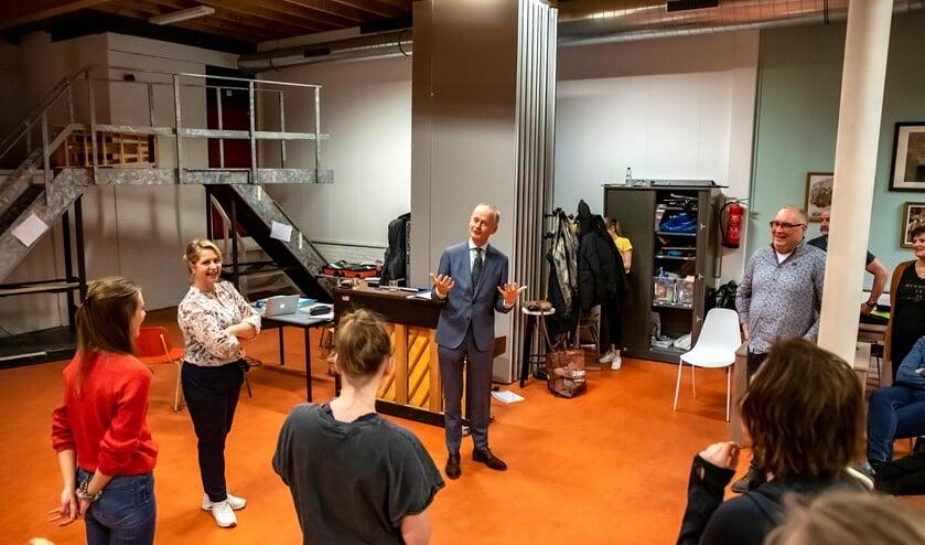 Burgemeester Niek Meijer bij de repetitie van Staccato musical theater.