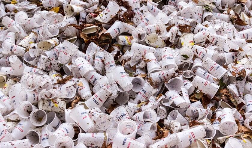 De gemeente gaat de plastic bekers vervangen.