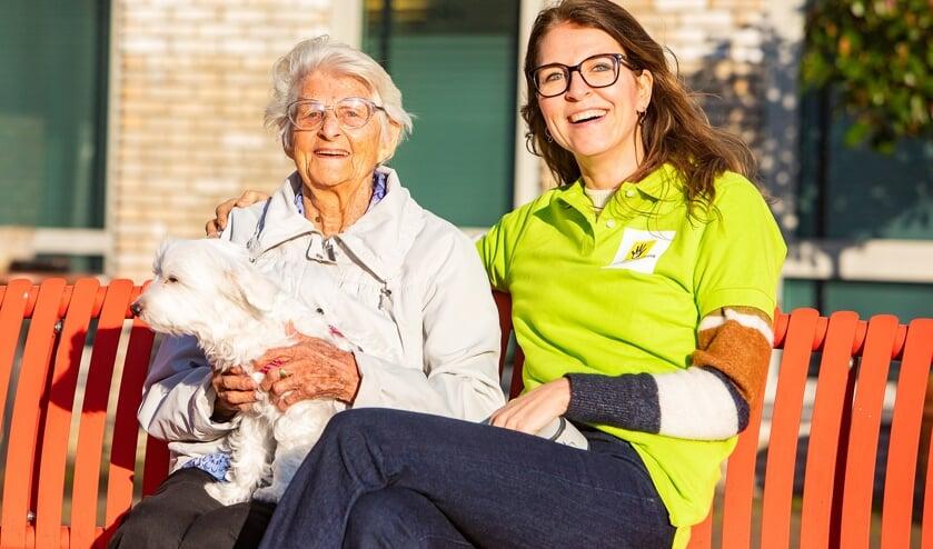 Mevrouw De Ronde is blij met dierenbuddy Karen Kessels die een paar keer per week hondje Debbie uitlaat.