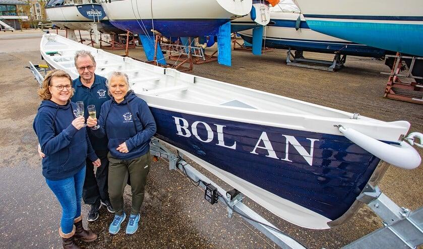 Een toost van het bestuur op de zojuist gedoopte tweede boot van de Kleine Huizer Roer Vereniging (KHRV).