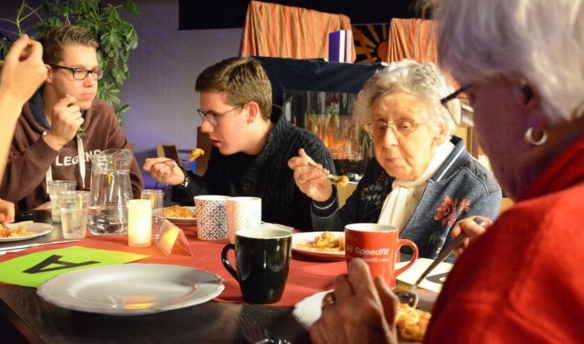 Met opa, oma of een oudere buur zaten de leerlingen aan tafel bij de literaire stamppotavond.