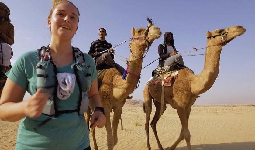 Lilian rennend in de woestijn van Jordanië.