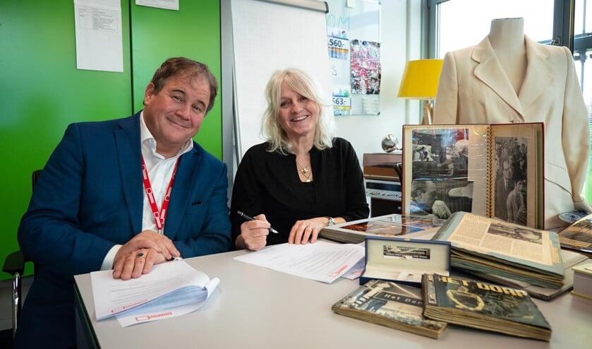 Eppo van Nispen tot Sevenaer en Marieke Timp ondertekenen overdracht persoonlijk werkarchief Mies Bouwman en Leen Timp.