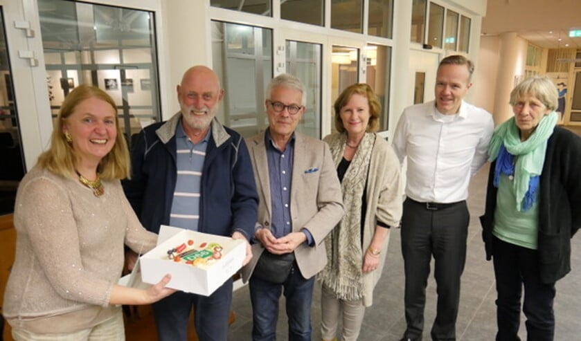 Fractievoorzitter Karin van Werven overhandigt de taart aan Nol van Bennekom en Frans Bianchi.