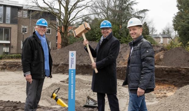 Directeur-bestuurder Maarten van Gessel (midden) bij de start van de bouw van vier sociale huurwoningen in Laren.