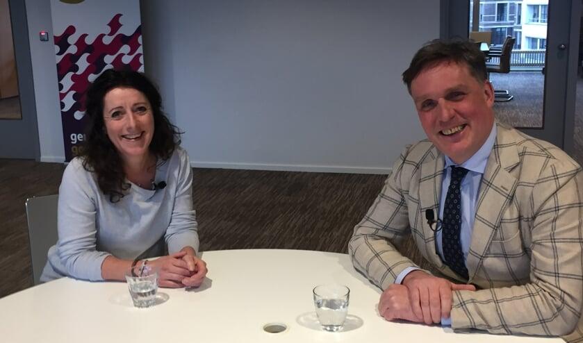 Yvette de Vries in gesprek met wethouder Eijbersen.