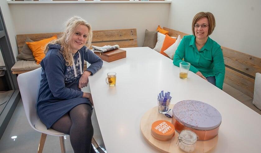 Lisette Otto (l) van Buurten met Buren en Jolanda Westrum van Vrijwilligerscentrale Huizen.