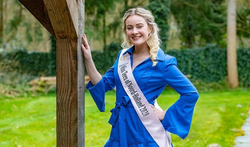 Kim met haar finalistensjerp voor Miss Teen Noord-Holland.