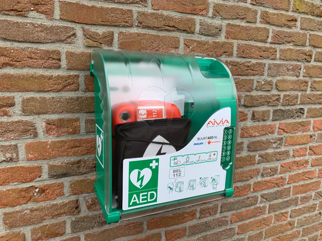 De AED hangt aan de muur. Foto: Dorus van Diest. © Enter Media