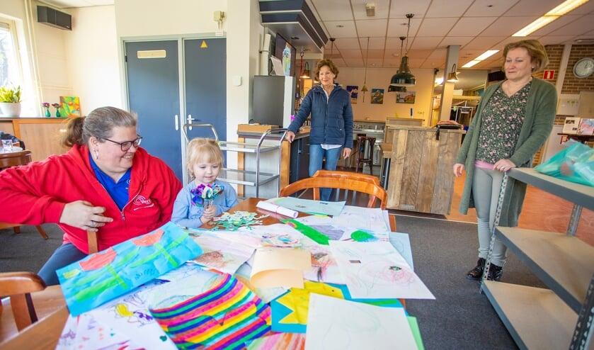 Links Saskia Testerink (medewerker kinderwerk Versa Welzijn) en haar oppas kind Ivy.