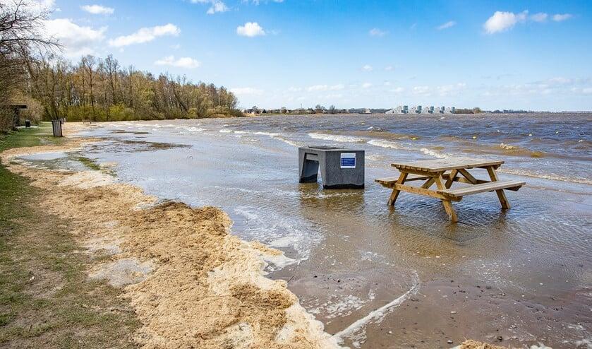 Een deel van het strand staat onder water.