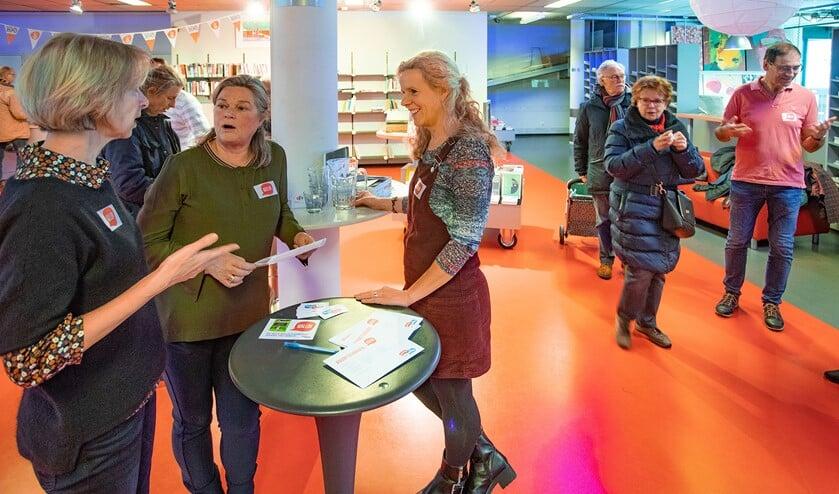 Lisette Otto (midden), initiatiefnemer van 'Buurten met Buren' samen met een aantal burenverbinders in de bibliotheek.