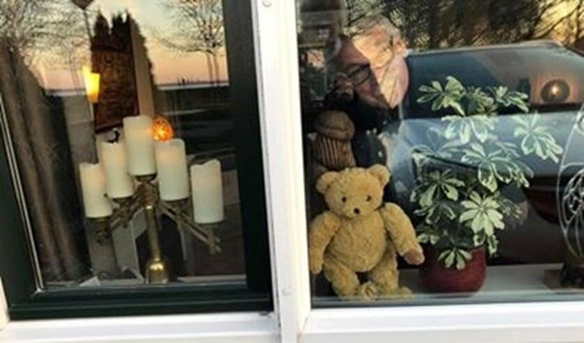 Hanneke doet ook mee aan de actie en zette een beer voor het raam.