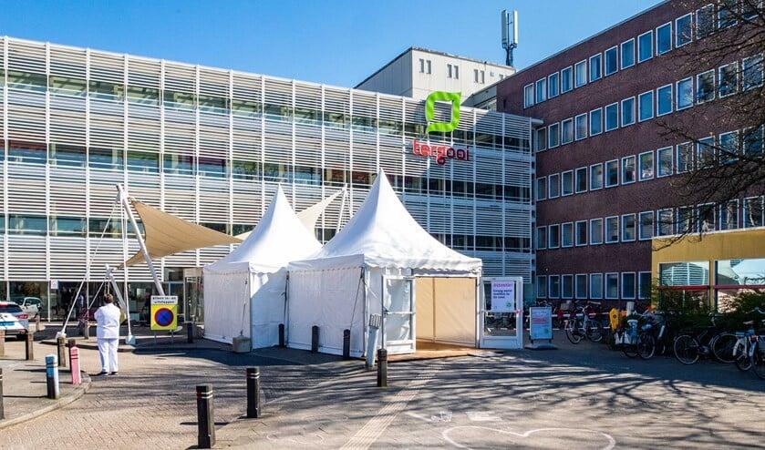 Alle patiënten liggen in de Hilversumse vestiging dat min of meer uit praktische overwegingen tot 'coronaziekenhuis' is gemaakt.