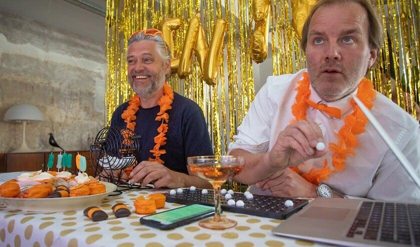 Willem Kors (l) en Wim Vis waren de showmasters en wisten bij elk getal wel iets bijzonders te vertellen.