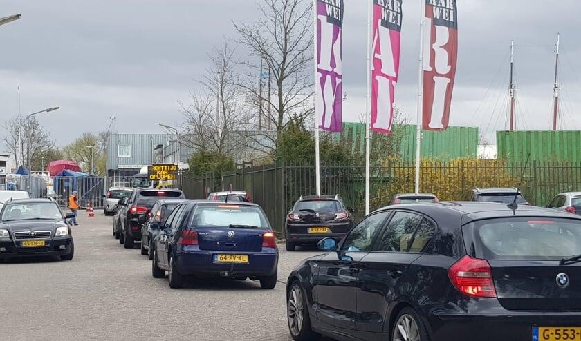 <p>Vooral tijdens de &#39;strenge lockdown&#39; stonden er rijen voor het scheidingsstation, zoals hier in Weesp.</p>