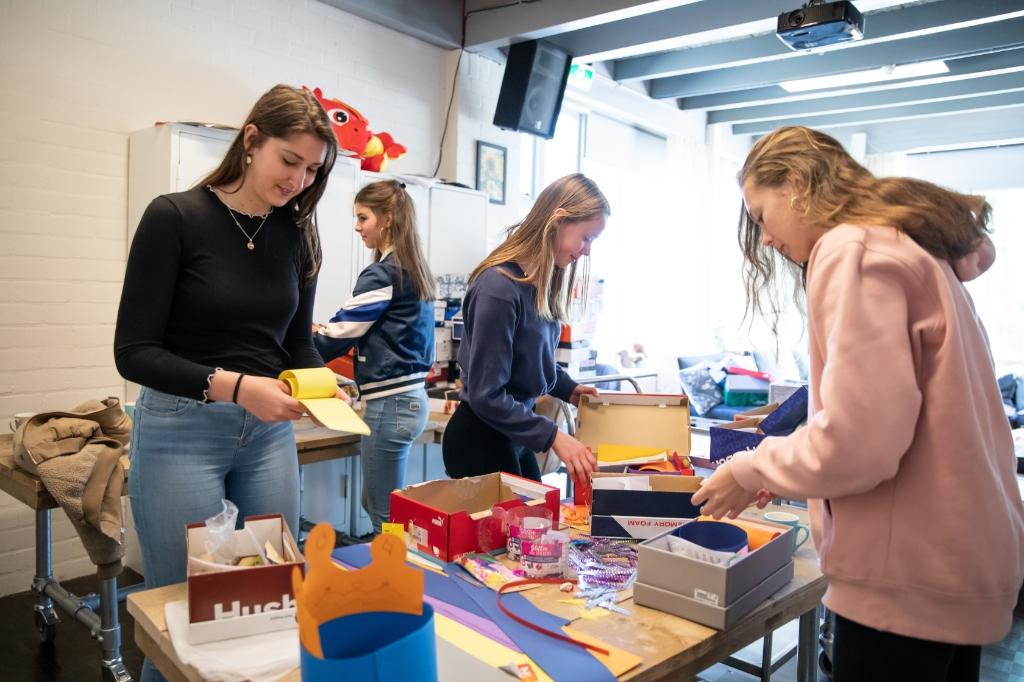 Linde, Suus, Veerle en Lisa zijn druk bezig met het voorbereiden van de knutselpakketten voor de kinderen die daarmee aan de slag gaan. Foto: Bas van Hattum © Enter Media