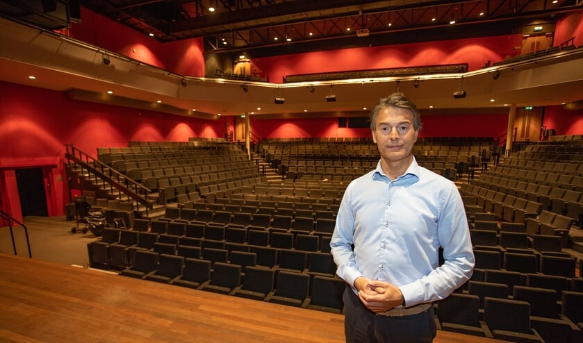 Directeur Paul Haighton in een lege theaterzaal.