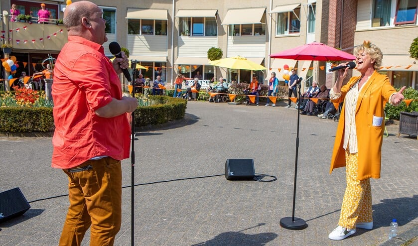 Paul de Leeuw en Simone Kleinsma verzorgden een verrassingsoptreden bij de Torenhof in Blaricum.