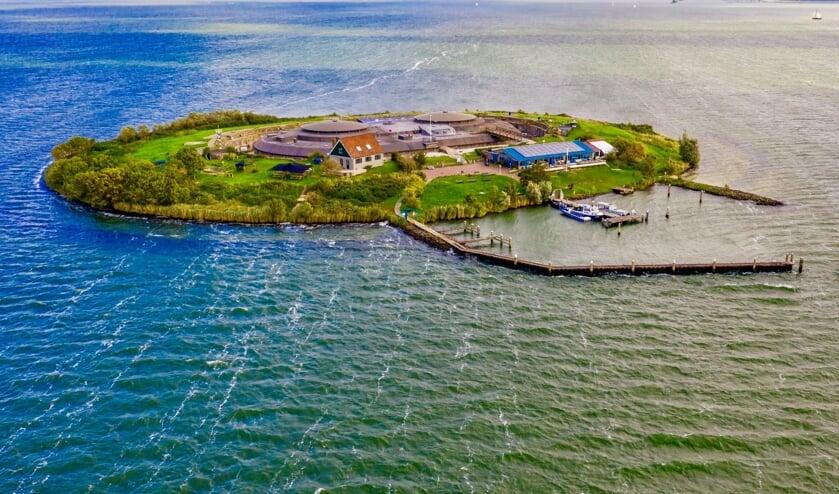 Dronebeeld van het eiland gezien vanaf de zuidkant.