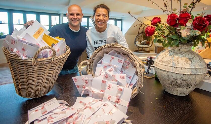 Wimmy met haar man Pieter en de honderden dinerbonnen voor zorgmedewerkers.