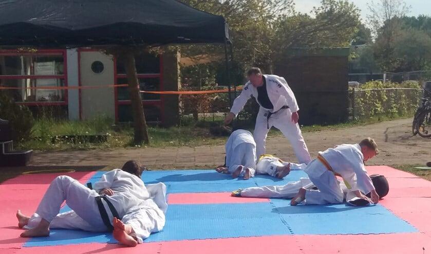 Budovereniging Osorezu heeft matten buiten gelegd en daar konden de kinderen gisteren weer sporten.